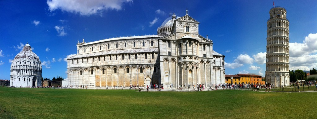 Solda Vaftizhane(Baptisterio), ortada Pisa Katedrali (Duomo di Pisa) ve sağda çan kulesi olan Pisa Kulesi