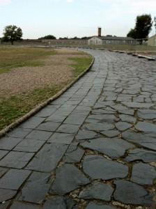 Sol taraftaki toprak yoldan mahkumlar yürütülerek ayakkabıların dayanıklılığı test ediliyormuş.