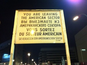Batı Almanya'dan yani Amerika kısmından ayrılıyorsunuz yazan tabela