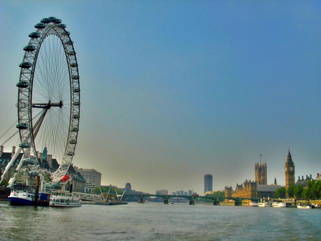 Solda London Eye(dönmedolap) , sağda Parlamento Binası ve Big Ben saat kulesi