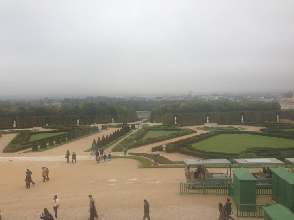 Versay Sarayı'nın Bahçesi ve sağda Les Petit Trains