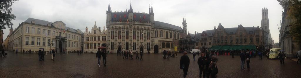 Burg Meydanı-(En sağda Bishop's Palace, karşıda belediye binası, solunda nüfus müdürlüğü, sağında Kutsal Kan Bazilikası)