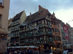 Sokağın köşesindeki süslenmiş bina(Rue Mercière)
