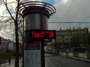 Bilet Makinası ve Tramvayın Ne zaman Geleceğini Gösteren Tabela