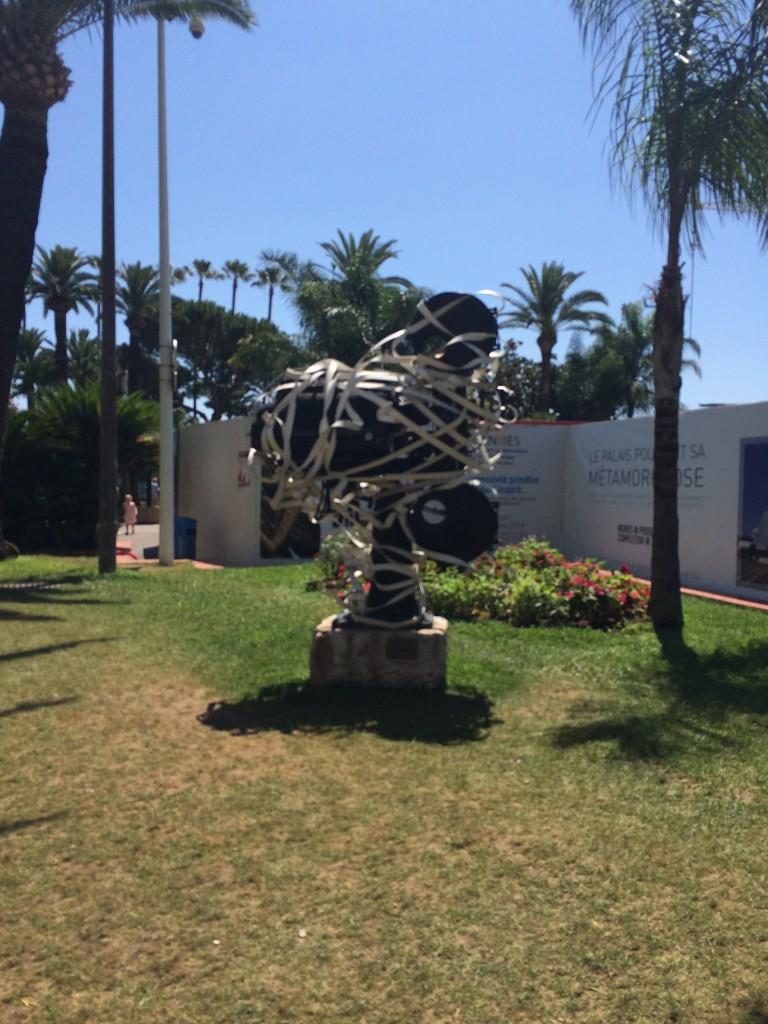 Festival binasının önündeki film makinası heykeli