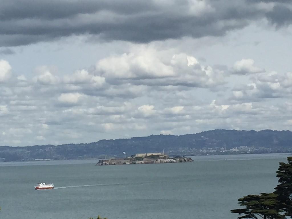 Alcatraz Cezaevi'nin Golden Gate Köprüsü'nden Görüntüsü