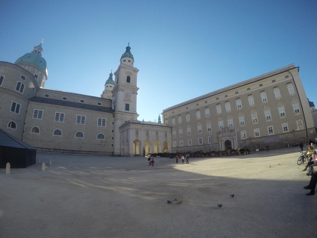 Solda katedral, sağda Dom Quartier