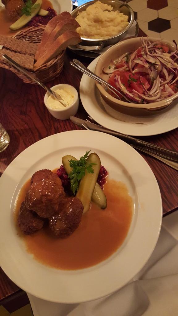 İsveç Köfte ve Domates Salatası