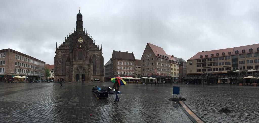 Hauptmarkt Meydanı ve Frauenkirche Kilisesi